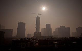 外媒质疑为了配合十九大,中共在经济数据上做手脚。(Ed Jones/AFP/Getty Images)