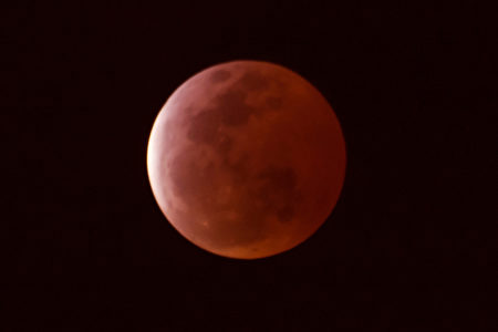 2015年4月4日的月全食及血月。(王嘉益/大紀元)
