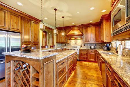 花岗岩和大理石台面都是天然石材,如果用醋来清洁台面上的污垢,醋酸是弱酸性的会腐蚀台面。(Fotolia)