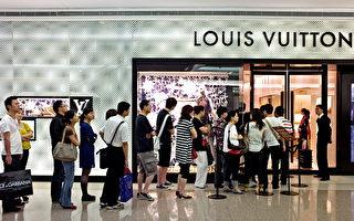 由於中國製假貨充斥,中國消費者透過在美國、日本、法國、韓國等國家的中間人購買高檔真品。圖為法國奢侈品店外排隊的中國人。(PHILIPPE LOPEZ/AFP/Getty Images)
