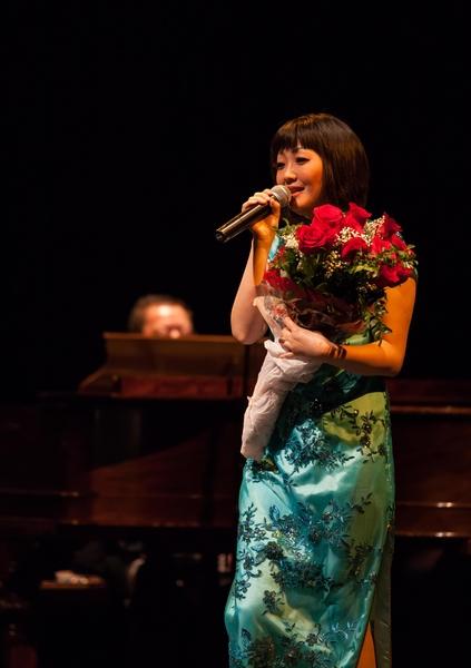 湾区华裔歌手梅楣,在湾区举办个人演唱会,演唱传统流行歌曲,把观众带入一个如梦如幻的世界。(大纪元资料图片)