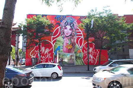 蒙特利爾非營利組織MU的兩位亞裔藝術家在蒙市唐人街創作的大型壁畫「May an Old Song Open a New World」。(易明/大紀元)