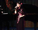 灣區華裔歌手梅楣,在灣區舉辦個人演唱會,演唱傳統流行歌曲,把觀眾帶入一個如夢如幻的世界。(大紀元資料圖片)