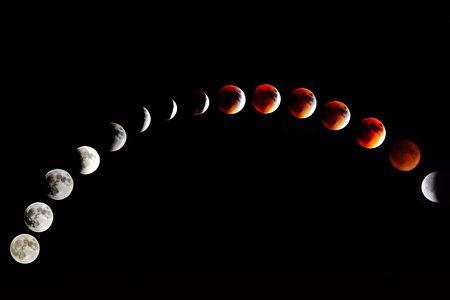 2015年9月27日晚9點至11點半左右在美國東海岸費城附近拍攝的超級月全食。(大鵬/大紀元)