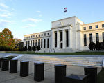 去年面对股市暴跌,中共央行迅速的向美联储求助,请求它透露它在1987年对付华尔街黑色星期一的秘笈。(KAREN BLEIER/AFP/Getty Images)