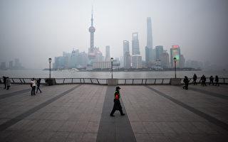 美国国家情报委员会周一(3月14日)发布报告,美国明年上任的总统马上面对的是,未来5年内更为阴郁的全球政经局势,其中中国因经济放缓将使全球经济更为不安及失序。图为一名保安走在横跨上海浦东新区金融区的黄浦江外滩。(JOHANNES EISELE/AFP)