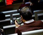 3月10日大陆A股继续下跌,收盘沪指下跌2.02%,沪深两市成交额再减少700亿。(WANG ZHAO/AFP)
