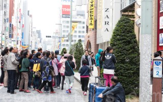 日本东京银座的中国游客。(游沛然/大纪元)
