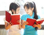 两个小学生在快乐的看书(fotolia)