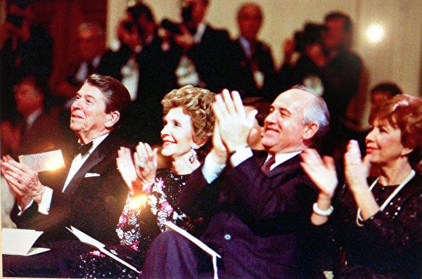 1988年12月8日,雷根总统伉俪同戈尔巴乔夫伉俪一同在白宫举办的音乐会上。(Juliet Zhu/大纪元,图片来源:Ronald Reagan Presidential Library)