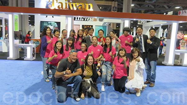 洛侨中心主任翁桂堂带领FASCA青年志工手持猴年台湾灯会小提灯在场邀请民众进入台湾馆。(袁玫/大纪元)