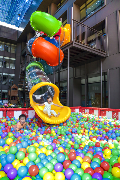 芬朵奇堡最新加入《彩虹溜滑梯》,自九樓空中滑向八樓,衝進上萬顆滿滿的彩色繽紛球池中,讓小朋友感受超快感。(蘭城晶英提供)