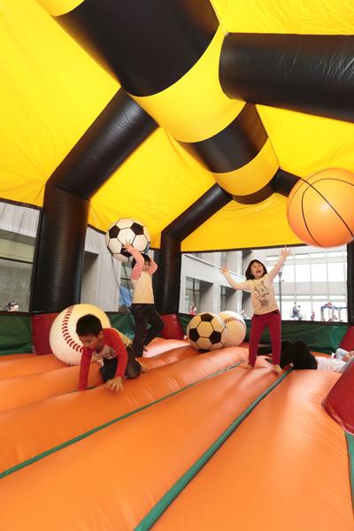 芬朵奇堡中的大風蜂彈跳床,小朋友齊聚一堂,享受彈跳、奔跑的樂趣。(蘭城晶英提供)