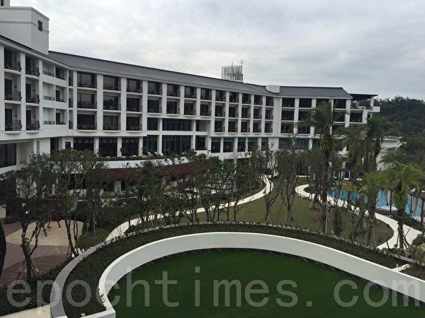 大溪笠復威斯汀度假酒店陽台,可一覽戶外游泳池畔與山色。(藍悅真/大紀元)