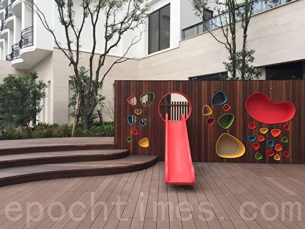 兒童俱樂部的室外溜滑梯,可讓小朋友在室外與室內活動空間穿梭。(藍悅真/大紀元)