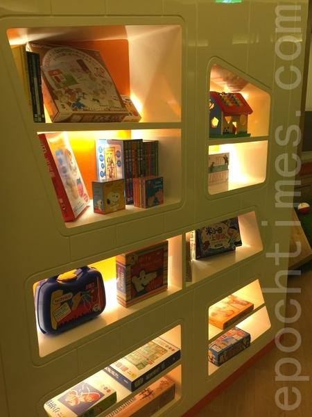 兒童俱樂部內放置童書、圖畫工具,讓小朋友可以跟隨飯店活動進行創作。(藍悅真/大紀元)