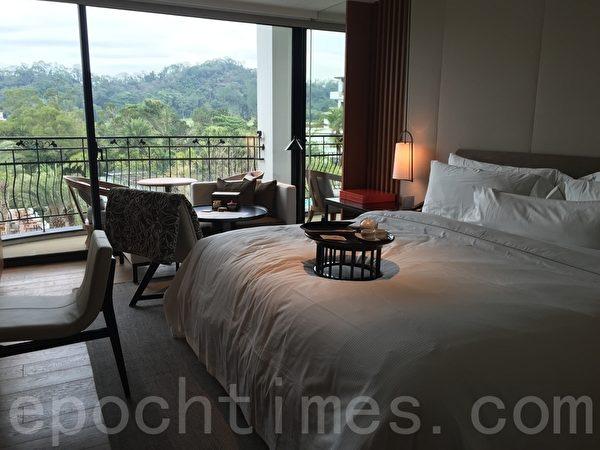 大溪笠復威斯汀度假酒店房間備有聞名遐邇的「天夢之床」,讓人一覺好眠。醒來之後,先到陽台一覽室外泳池與大地山水風光的景色。(藍悅真/大紀元)