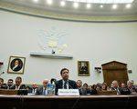 內部消息人士透露,聯邦調查局(FBI)局長詹姆斯‧科米(James Comey)將繼續留任局長一職。圖為科米早前在國會作證。(NICHOLAS KAMM/AFP/Getty Images)
