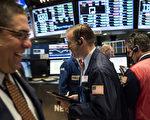 美股在市场期待欧洲央行(ECB)发布利多的乐观情绪下,周三(7日)道指和标普500指数分别上涨1.5%和1.3%,持续攀上历史高峰且创下选后单日最大涨幅。图为纽约交易所大厅。(Andrew Renneisen/Getty Images)