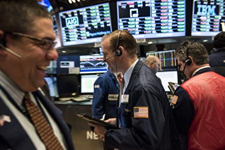 美股在市場期待歐洲央行(ECB)發布利多的樂觀情緒下,週三(7日)道指和標普500指數分別上漲1.5%和1.3%,持續攀上歷史高峰且創下選後單日最大漲幅。圖為紐約交易所大廳。(Andrew Renneisen/Getty Images)