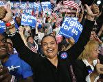 """3月1日,美国2016年大选中的初选""""超级星期二"""",共和党与民主党分别有十余州举行初选或党团会议投票,推选党内总统竞选提名人。图为造势会上热情高涨的选民。(Spencer Platt/Getty Images)"""