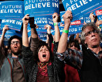 """3月1日,美国2016年大选中的初选""""超级星期二"""",共和党与民主党分别有十余州举行初选或党团会议投票,推选党内总统竞选提名人。图为选民在造势会上支持桑德斯。(Spencer Platt/Getty Images)"""