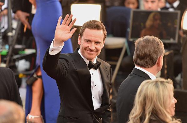 邁克爾‧法斯賓德亮相第88屆奧斯卡頒獎典禮紅毯。(ANGELA WEISS/AFP/Getty Images)