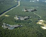 三種型號的F-35列隊飛行,從上到下分別是F-35A、F-35B和F-35C。F-35B裝有用於垂直起降的風扇,座艙玻璃較短。F-35C的機翼比F-35A大,並且可以折疊,另外雖然沒看見起落架,但為了上艦在短距起落架的部份還是有差別的。(維基百科公有領域)