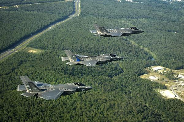 三种型号的F-35列队飞行,从上到下分别是F-35A、F-35B和F-35C。F-35B装有用于垂直起降的风扇,座舱玻璃较短。F-35C的机翼比F-35A大,并且可以折叠,另外虽然没看见起落架,但为了上舰在短距起落架的部分还是有差别的。(维基百科公有领域)