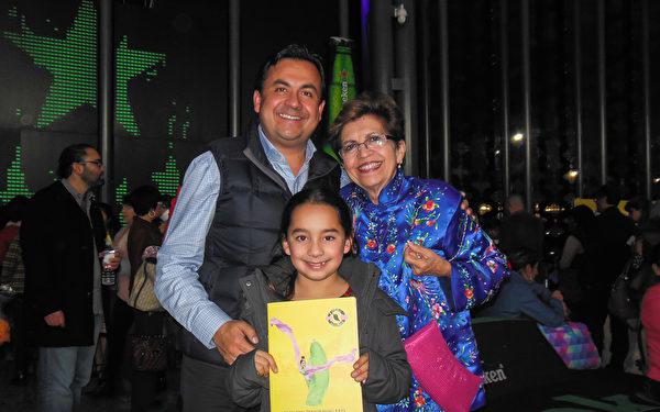 汇丰银行(HSBC)的主管Roman Jaimez Luengas先生携母亲以及女儿共同观看了3月1日的演出。(李辰/大纪元)