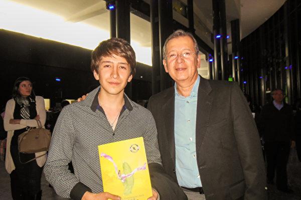 2016年3月1日晚,Juan Vázquez医生(右)和儿子Ricardo Vázquez(左)一起观看了神韵巡回艺术团在墨西哥普埃布拉(Puebla)的演出。(李辰/大纪元)