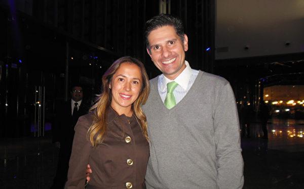 3月1日晚,公司的CEO Gerardo GarcíaGonzalez 先生和律师太太Leslie Ortiz观看了美国神韵巡回艺术团在墨西哥普埃布拉大都会剧院(Metropolitan Auditorium)的演出。(李辰/大纪元)
