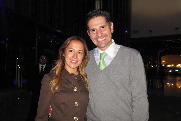 2016年3月1日晚, Jerry García(右)和太太Leslie Ortiz(左)一起观看了神韵巡回艺术团在墨西哥普埃布拉(Puebla)的演出。(李辰/大纪元)