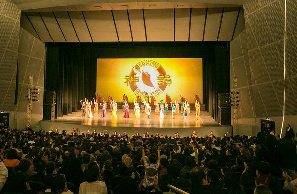3月1日晚,神韵巡回艺术团在普埃布拉市大都会剧院4千多观众热烈的掌声和欢呼声中完美落幕。(李莎/大纪元)
