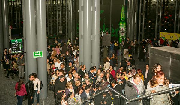 3月1日晚,4千多观众在普埃布拉市大都会剧院观看神韵,入场大排长龙,场面壮观。(李莎/大纪元)