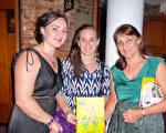 2016年3月2日晚,在澳大利亚图文巴帝国剧院(Empire Theatre)内,公司总裁Julie Vantricht(右)带着两个女儿心理学家Cara Hockey(中)、按摩治疗师Jacinta Vantricht(左)等家人观看了神韵世界艺术团的演出。她们盛赞神韵美不胜收。(袁丽/大纪元)