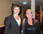 2016年3月2日晚上,教师Susie Finlayson(右)与地产中介Georgie Brown在图文巴帝国剧院(Empire Theatre)观看了神韵演出。(史迪/大纪元)