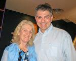Kevin Norman在图文巴的帝国剧院(Empire Theatre)观赏了神韵演出后,对神韵赞不绝口。(Margery/大纪元)