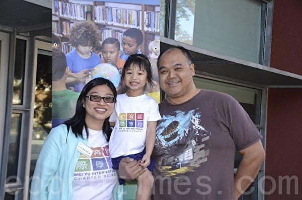 杜坚白夫妇和他们的女儿。(梁博/大纪元)