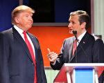 1月14日在南卡州,川普(左)和科鲁兹在共和党大选辩论会的休息时段,交换意见。(Scott Olson/Getty Images)