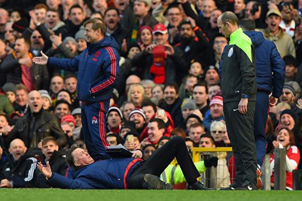 曼聯在主場3-2擊敗阿森納。圖為曼聯主帥范加爾向裁判示範阿森納球員假摔。 (Shaun Botterill/Getty Images)