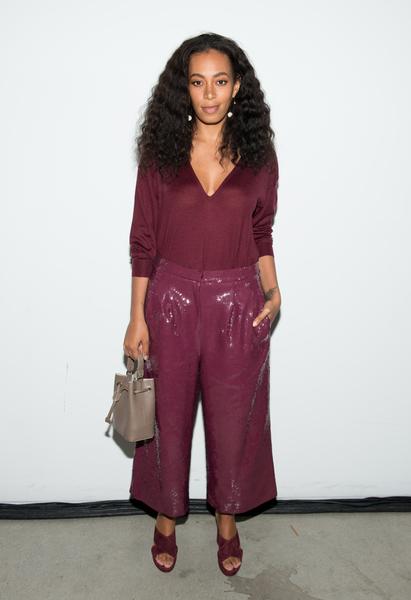 """图为2016年2月13日,歌手Solange Knowles穿""""穆勒鞋""""参加纽约时尚周的Tibi时装秀。(Noam Galai/Getty Images)"""
