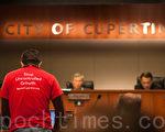 3月1日,库柏蒂诺市民纷纷在市议会上发言,要求将公投计入6月选票。(马有志/大纪元)