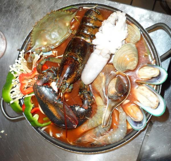 肥美的海鮮火鍋。 (張學慧/大紀元)
