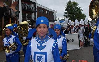 臧爱霞参加天国乐团在社区的演奏活动。