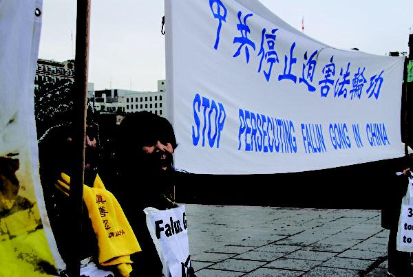 臧愛霞參加法輪功遊行活動。