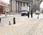 華埠死亡路口等待過馬路的行人。(李凱文/大紀元)