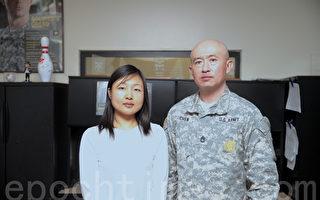 小邵(左)和陳彥豪士官長。(鐘鳴/大紀元)