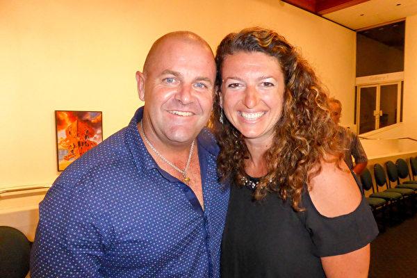 3月4日晚,在澳大利亚黄金海岸艺术中心(Arts Theatre),传媒公司老板Aldwyn Altuney与催眠治疗资讯师Michael Boehm观看了神韵世界艺术团的首场演出。(袁丽/大纪元)