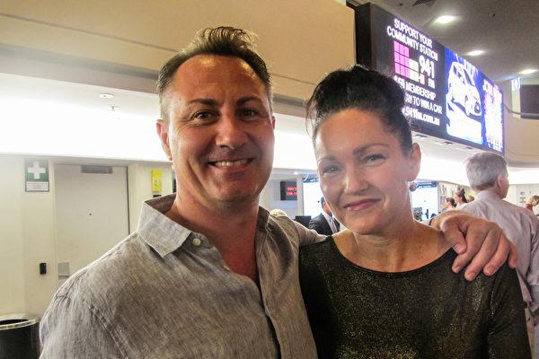 公司老板Brad Bolwell和太太Felicity Bolwell于3月4日在澳大利亚昆士兰的黄金海岸艺术中心(Arts Theatre)观看了神韵的首场演出。(萧玉英/大纪元)